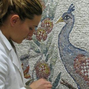 alunni all'opera nella scuola mosaicisti Intessere
