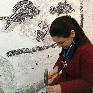 mosaicista al lavoro sulla copia del mosaico via flaminia