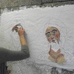 allieva al lavoro su icone bizantine durante il corso di mosaico bizantino