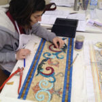 alieva del corso di mosaico industriale che realizza una decorazione