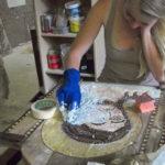 allieva al lavoro su un'icona bizantina al corso di mosaico bizantino