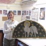 allieva con l'opera realizzata a mosaico bizantino