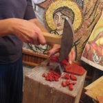 taglio delle tessere del kit di mosaico Intessere
